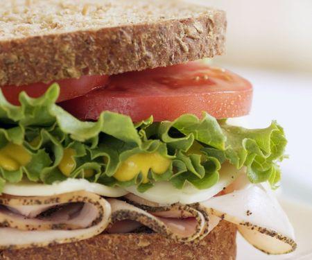 Puten-Sandwich mit Tomaten, Salat und Senf
