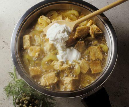 Putengulasch mit Gurken und Joghurt