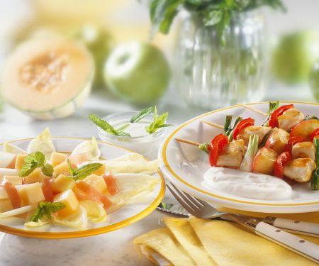 Putenspieße mit fruchtigem Chicoreesalat