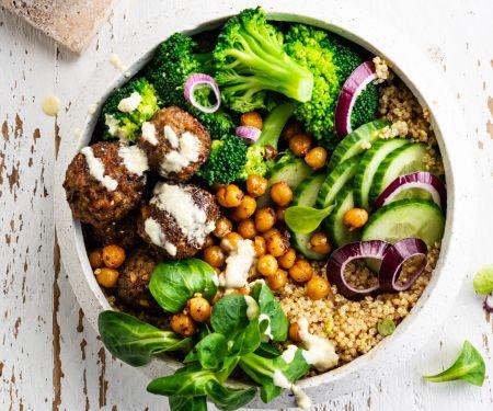 Quinoa-Bowl mit Kichererbsenbällchen