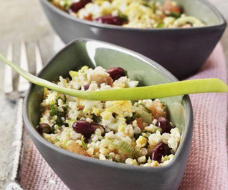 Quinoa-Salat mit Gemüse und Ei