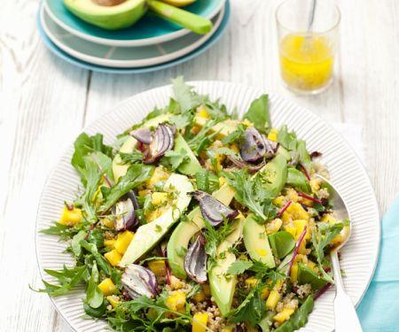Quinoasalat mit Mango, Avocado, Mizuna und Zwiebeln
