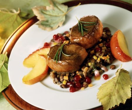 Rehsteaks auf Linsen mit Speck dazu Apfelstücke und Preiselbeeren