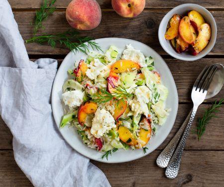 Reis-Fenchel-Salat mit Burrata, gebratenen Pfirsichen und frischen Kräutern