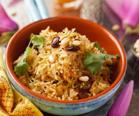 Reis mit Gewürzen, Rosinen und Pinienkernen