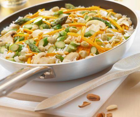 Reis mit grünem Spargel, Möhren, Pinienkernen und Erdnüssen