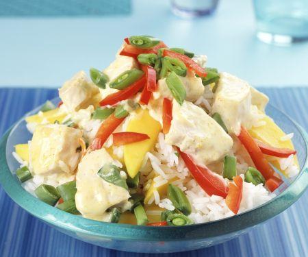 Reis-Paprika-Salat mit Mango und gekochtem Curryhähnchen