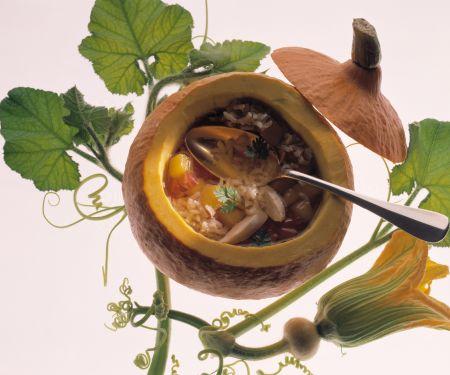 Reis-Suppe im Kürbis