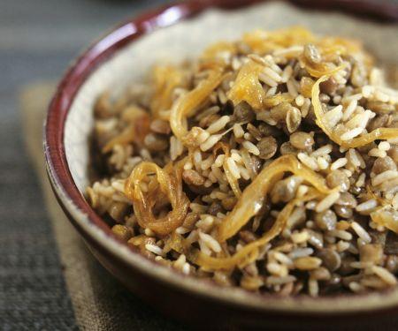 Reispfanne mit braunen Linsen und Zwiebeln