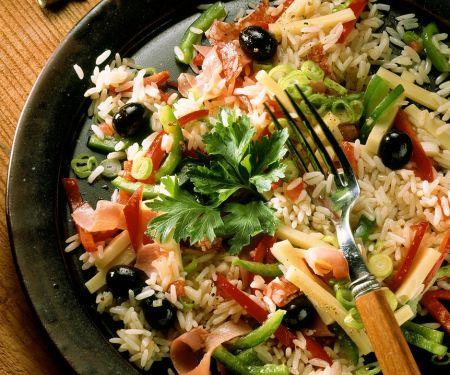 Reissalat mit Schinken, Oliven und Paprika