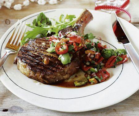 Rib Eye Steak vom Grill mit Salsa aus Mandeln und Paprika