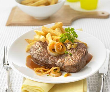 Rindersteak mit Bier-Zwiebel-Soße und Pommes frites