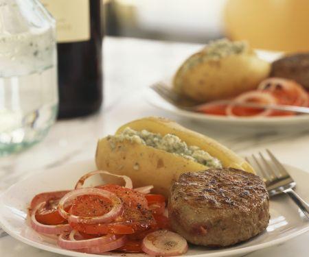 Rindersteak und Ofenkartoffel mit Füllung dazu Tomatensalat