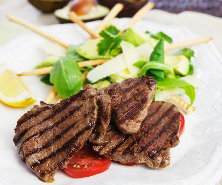 Rindersteaks und Salat mit Avocado