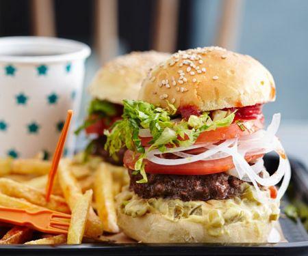 Rindfleischburger mit Pommes frites