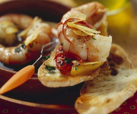 Röstbrot mit gebratenen Shrimps