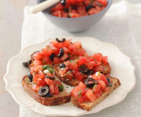 Röstbrot mit Oliven-Tomaten