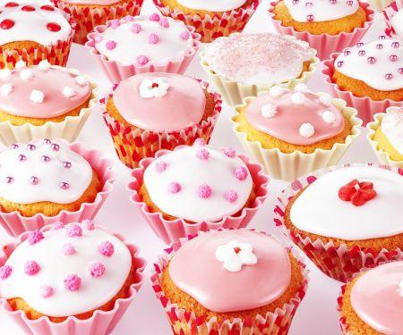 Rosa und Weiß dekorierte Cupcakes
