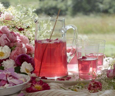 Rosenblütenbowle
