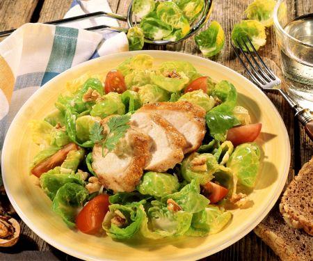 Rosenkohlsalat mit Hähnchen, Tomaten und Walnusskernen