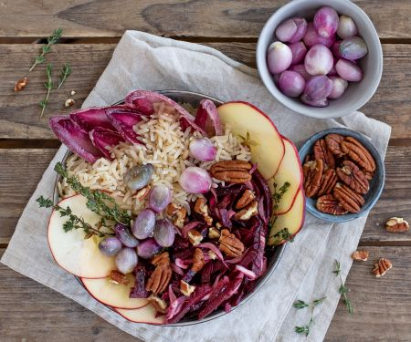 Rote-Bete-Apfel-Bowl mit Reis, Chicorée und karamellisierten Schalotten