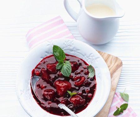 Rote Grütze mit Vanillesauce