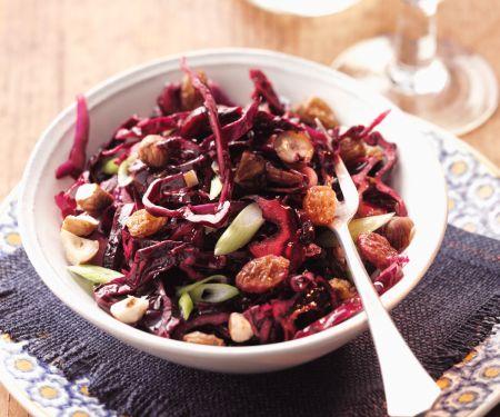 Rotkohlsalat mit Rosinen und Nüssen