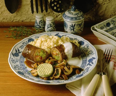 Roulade mit Pilzen und Nudeln