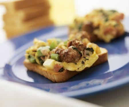 Rührei-Toasts mit Spinat und Bratwurst