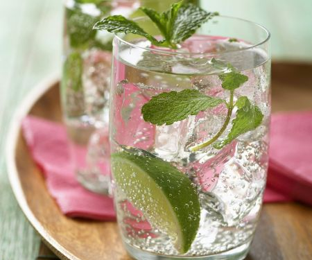 Rum-Cocktail mit Minze (Mojito)