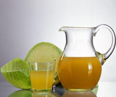 Saft vom Sauerkraut und Äpfeln