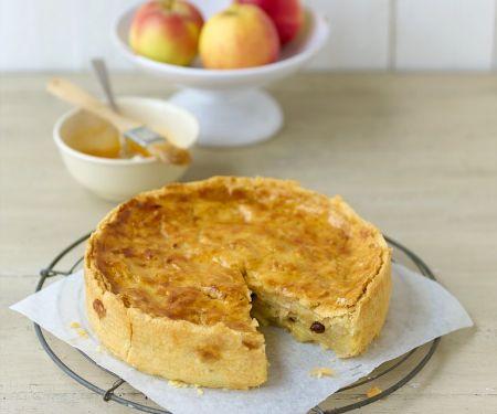 Saftiger gedeckter Apfelkuchen mit Rosinen und Zimt