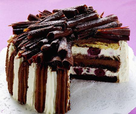 Sahnetorte mit Kirschen und Schokolade
