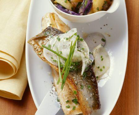 Saibling mit Lila-Kartoffelsalat und Rettichgemüse