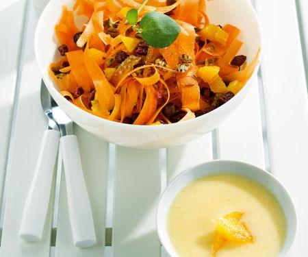 Salat aus Möhrenstreifen mit Joghurt-Apfelsauce