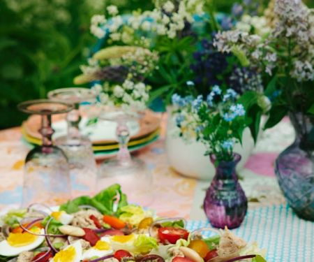 Salat mit Ei, Tomate und Fisch