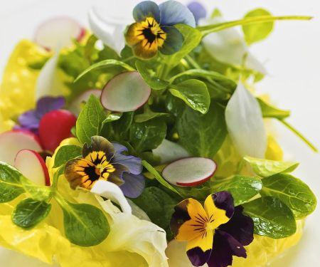 Salat mit Essblüten