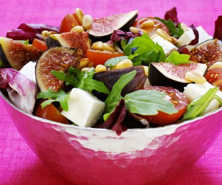 Salat mit Feigen, Feta, Tomaten und Pinienkernen