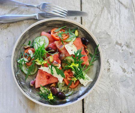Salat mit Gurke, Tomate, Wassermelone und Rucola