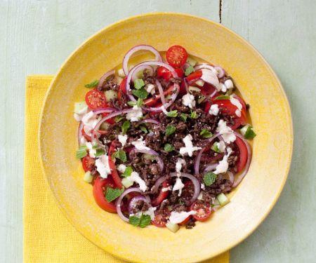 Salat mit Hackfleisch, Tomaten, Gurke und Sumach