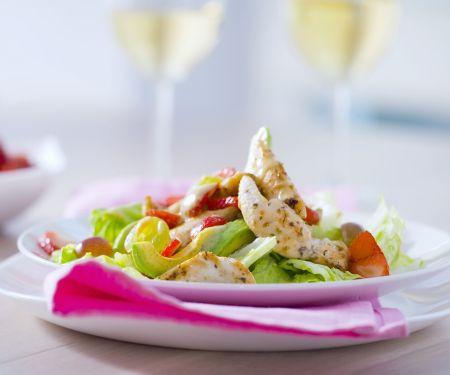Salat mit Hähnchenstreifen, Avocado und Erdbeeren