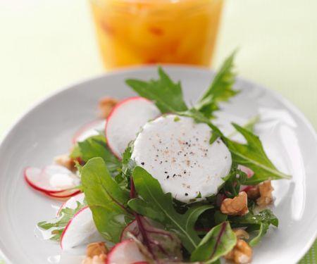 Salat mit Nüssen und Ziegenkäse