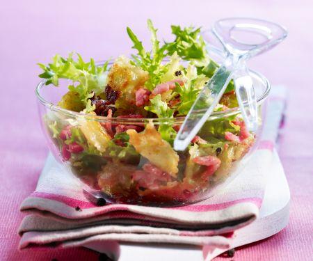 Salat mit Ravioli und Bacon