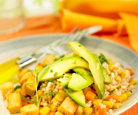 Salat mit Reis, Möhren, Mais und Tofu