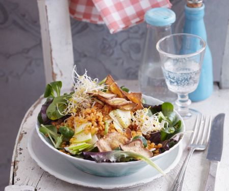 Salat mit roten Linsen und Räuchertofu-Chips (vegan)