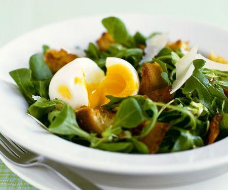 Salat mit Speck, Ei und Parmesan