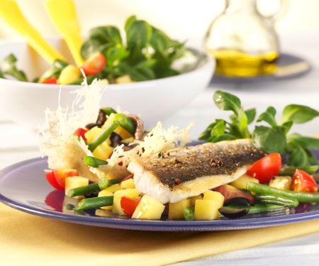 Salat Nizza im Parmesankörbchen mit gebratener Dorade