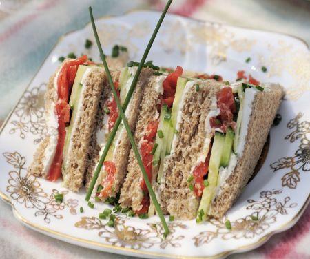 Sandwichs mit Räucherlachs, Frischkäse und Gurke