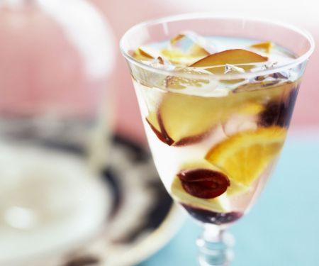 Sangria aus Weißwein und Obst