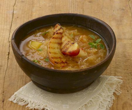 Sauerkrautsuppe mit Kartoffeln und Äpfeln